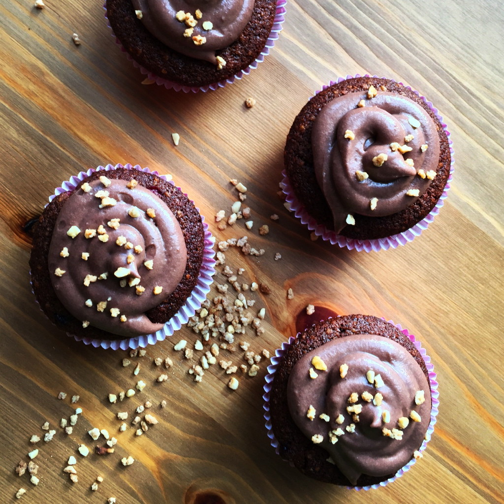 Haselnuss-Cupcake mit Waldbeeren und Schoko-Icing