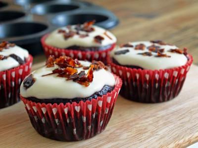 Schoko-Cupcake mit Candy Bacon und Icing