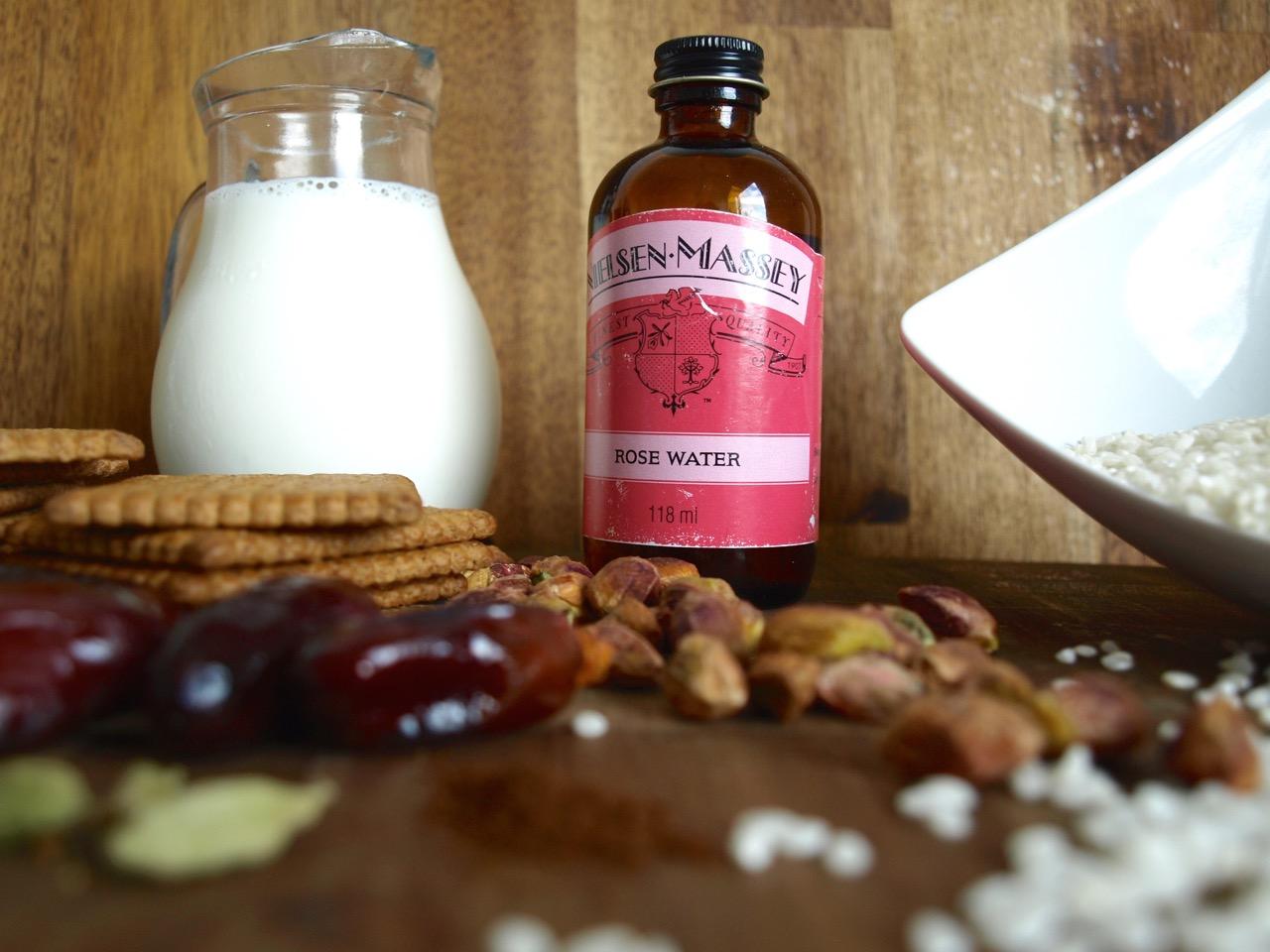 Milchreis t rtchen mit datteln pistazie rosenwasser for Datteln deko