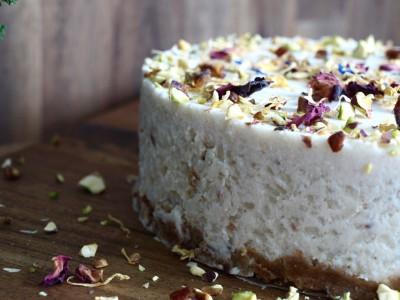 Milchreis-Törtchen mit Datteln, Pistazie und Rosenwasser