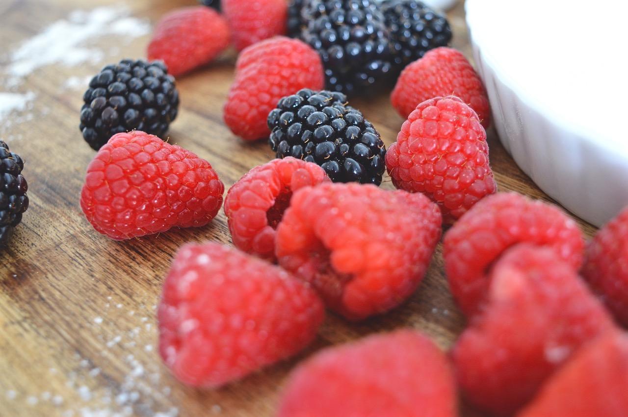 Beeren-Trifle mit Himbeeren, Brombeeren, Mandelkuchen und selbstgemachtem Vanillepudding