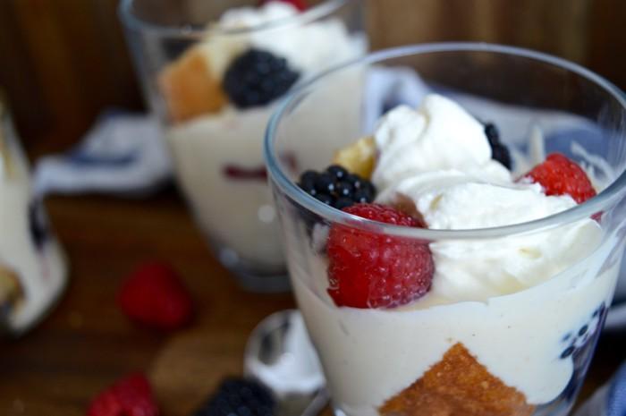 Beeren-Trifle mit Mandelbiskuit und selbstgemachtem Vanillepudding