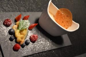 Kaffee-Creme mit Früchten und Hippen
